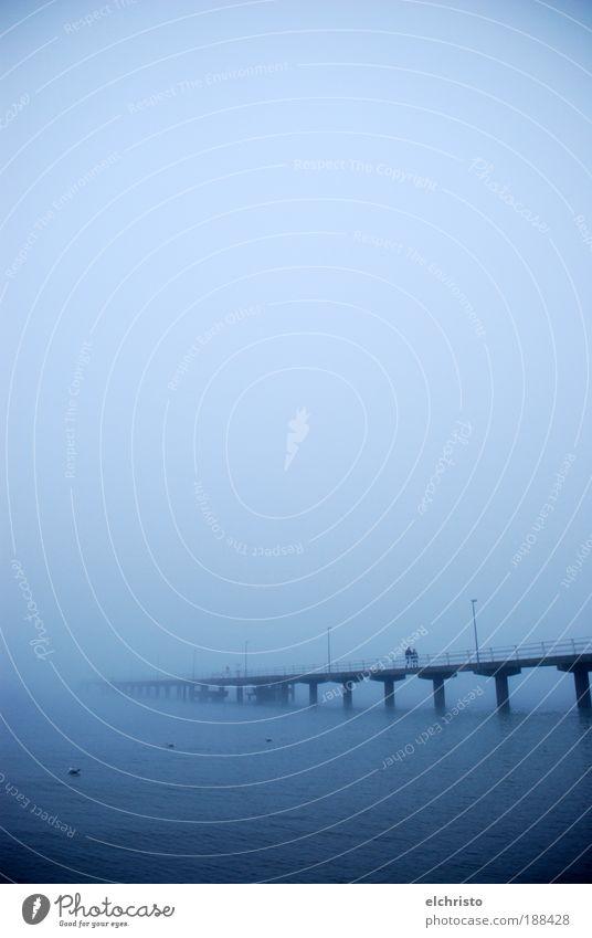 Kein Ende in Sicht schlechtes Wetter Nebel Küste Ostsee Meer Stimmung Steg Säule blau Nebelmeer Timmendorfer Strand Farbfoto Außenaufnahme Textfreiraum oben
