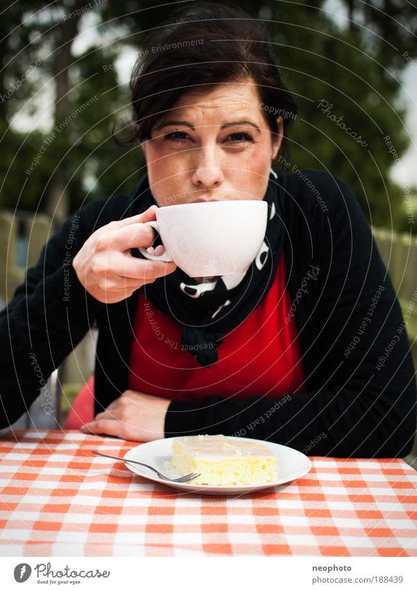 Vorfreude Kuchen Latte Macchiato feminin Junge Frau Jugendliche 1 Mensch Natur Herbst Blühend genießen Romantik Entschlossenheit kariert rot grün Tasse Sonne