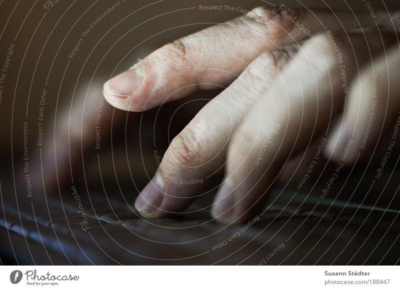 P.S.: Ich liebe Dich! Computer Notebook Tastatur Bildschirm Hardware Mann Erwachsene Haut Hand Finger schreiben Tippen Fingernagel dünn silber Beleuchtung