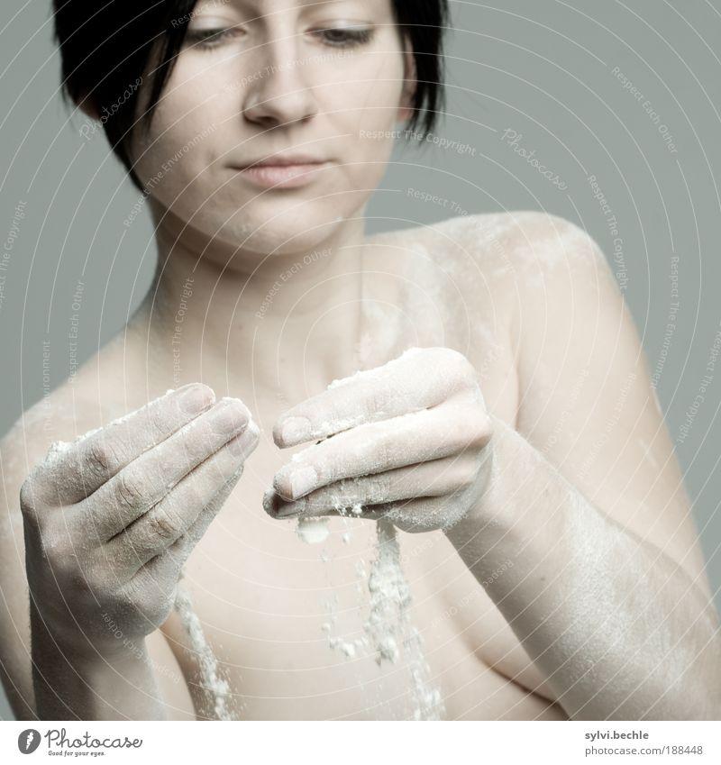 You have Mehl ... Mensch Hand Jugendliche Gesicht schwarz Ernährung Erotik Haare & Frisuren Kopf Akt Gesundheit Körper Haut Arme Lebensmittel Finger