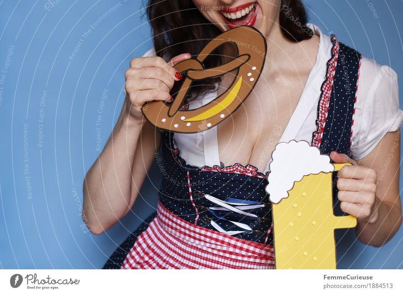 O'zapft is! (14) Mensch Frau Jugendliche blau Junge Frau weiß rot 18-30 Jahre Erwachsene Essen feminin Lebensfreude Bier München Tradition Appetit & Hunger