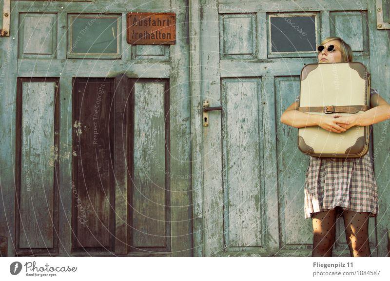 in die Zukunft Stil feminin Junge Frau Jugendliche Erwachsene 1 Mensch 18-30 Jahre Tor Tür Mode Kleid Sonnenbrille beobachten Denken festhalten warten