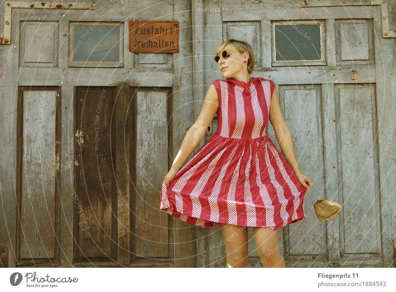 retro stylische junge Frau posiert vor altem Holztor. gestreiftes Kleid Lifestyle elegant Stil schön feminin Junge Frau Jugendliche Erwachsene Körper 1 Mensch