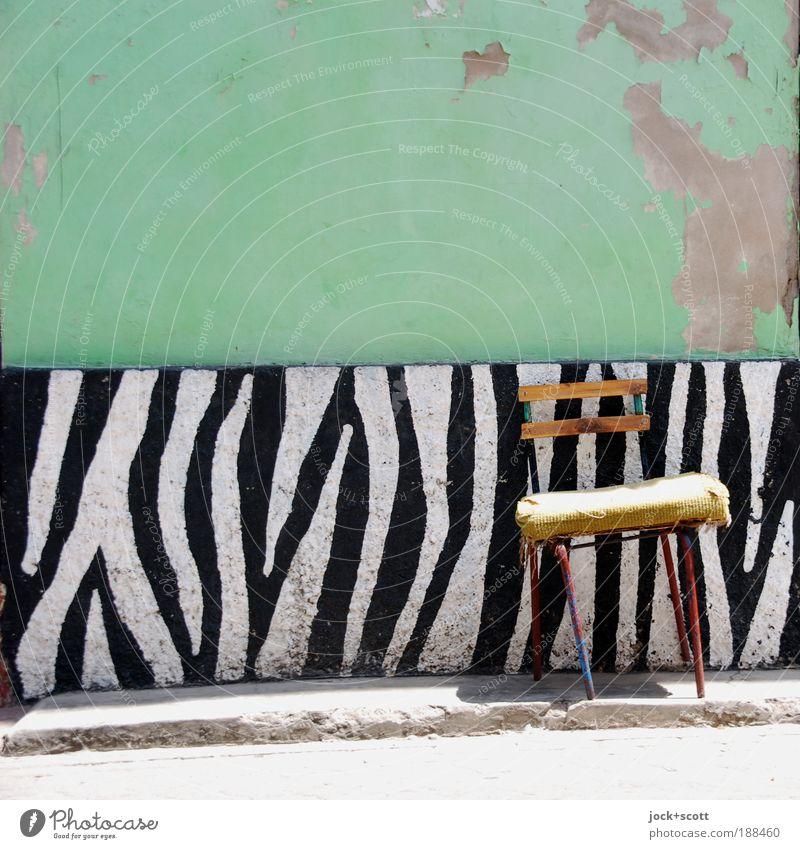 Ein Zebrastreifen kommt selten allein Straßenkunst Altstadt Wand Stuhl exotisch einzigartig Originalität Gelassenheit Design Idylle improvisieren Zahn der Zeit