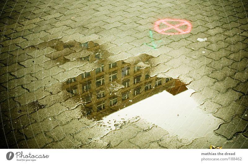 ZIEL WÄHLEN Stadt Wasser Umwelt Architektur Graffiti Herbst Gebäude Regen dreckig trist Schilder & Markierungen Wassertropfen Platz nass Zeichen Urelemente