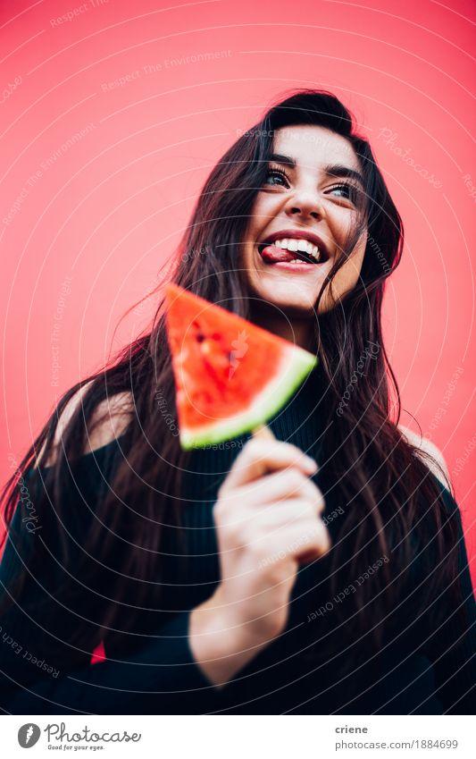 Junge glückliche Frauen, die Wassermelone genießen Jugendliche Sommer schön Junge Frau Gesunde Ernährung rot Freude 18-30 Jahre Erwachsene Gefühle Lifestyle