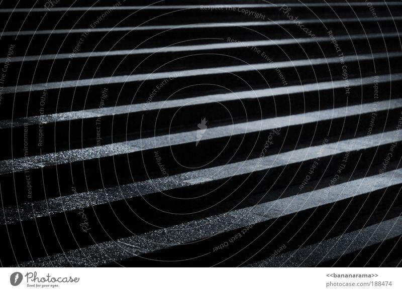 Die 10 Stufen zum Erfolg Beton bedrohlich Treppe Hölle schwarz dunkel böse Hass aufsteigen Pflastersteine hart Linie abstrakt Muster Beleuchtung Nachtaufnahme