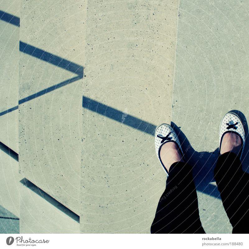 berlin. 14.06.08. sommer. Erholung feminin Leben Glück Fuß Zufriedenheit Schuhe Angst elegant Treppe Fröhlichkeit ästhetisch stehen Sicherheit niedlich