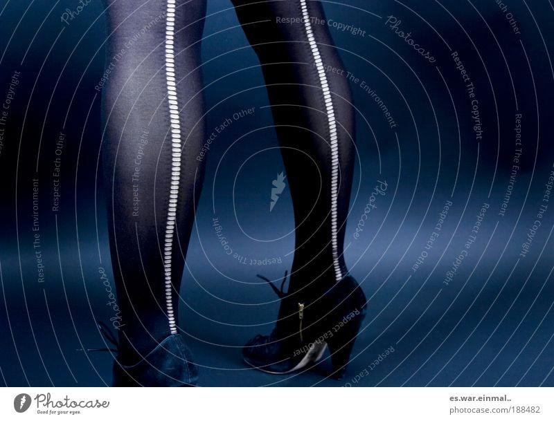 laufmaschen. Frau Jugendliche schön Erwachsene dunkel feminin Stil Beine Fuß Tanzen außergewöhnlich 18-30 Jahre warten laufen elegant dünn