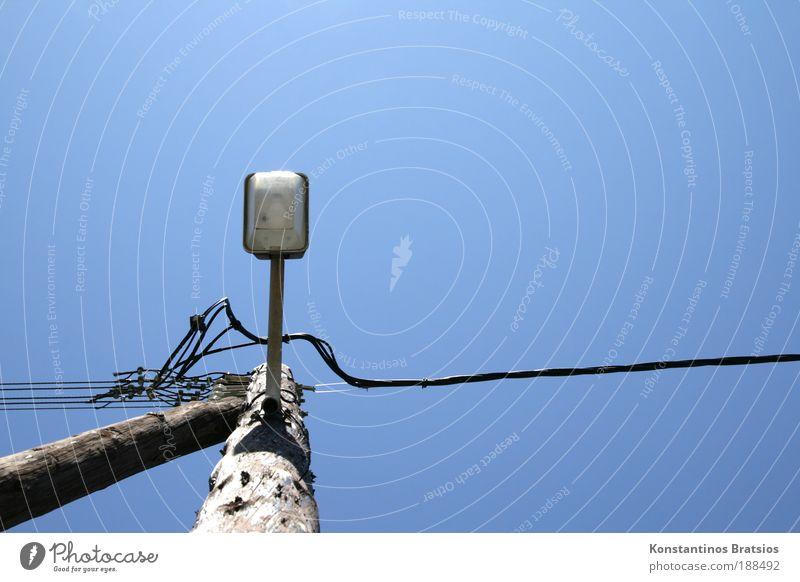 Funzel Rustikale Himmel Sommer Schönes Wetter Straßenbeleuchtung Laterne Laternenpfahl alt einfach blau Energie stagnierend Holzpfahl Kabel Beleuchtung