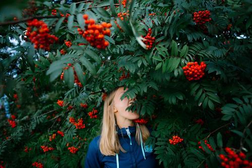 Natur Ferien & Urlaub & Reisen Jugendliche Pflanze Junge Frau Baum Blume Freude Leben Lifestyle feminin Stil Spielen Garten Freiheit Design