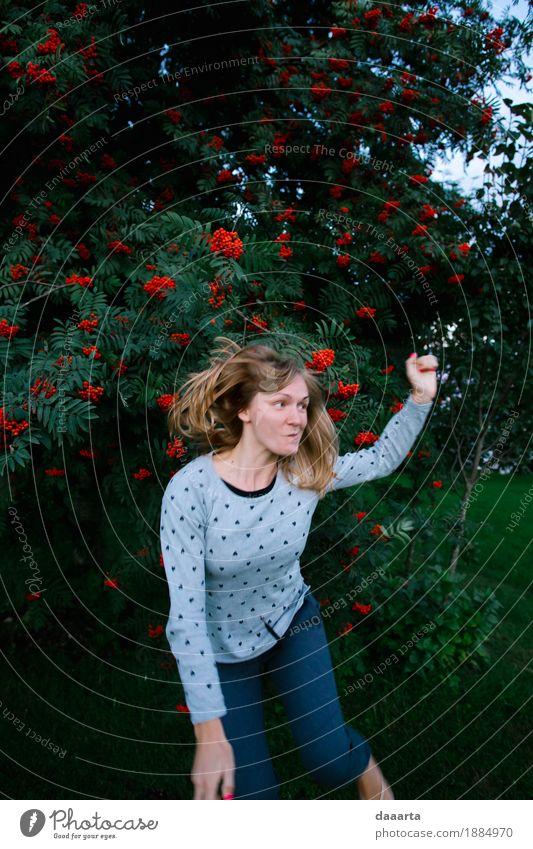 verrückt springen Natur Ferien & Urlaub & Reisen Sommer Baum Freude Leben Gefühle Lifestyle feminin Stil Spielen Garten Freiheit Feste & Feiern wild