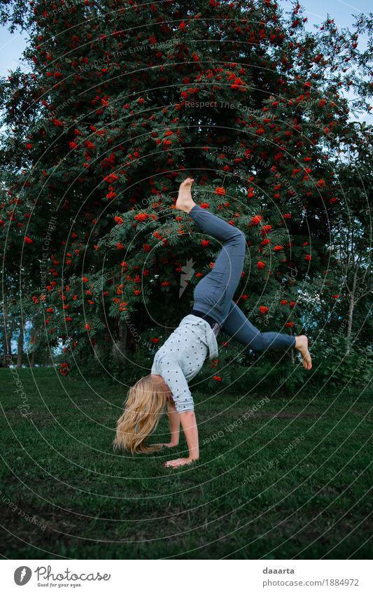 glücklich versuchen Natur Baum Freude Leben feminin Stil Spielen Garten Freiheit Feste & Feiern Party Stimmung wild Freizeit & Hobby Park Ausflug