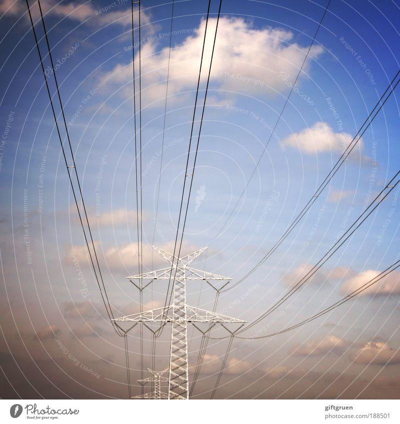 lange leitung Energiewirtschaft Technik & Technologie Energiekrise Himmel Wolken Elektrizität energiegeladen Strommast Stromdraht Stromverbrauch Farbfoto