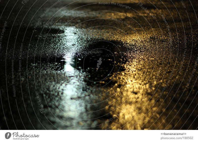 those rainy days Wasser gelb Straße dunkel hell Regen glänzend nass Beton gefährlich Boden bedrohlich Tropfen feucht Nacht böse