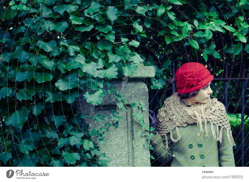in Gedanken Frau Mensch Jugendliche alt feminin Garten Park Erwachsene retro Schutz wild Tor Hut nachdenklich Mantel Handschuhe