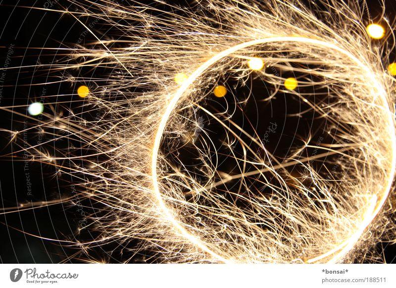 ring of fire Freude Silvester u. Neujahr Bewegung drehen glänzend leuchten rund wild gelb schwarz weiß Stimmung Wunsch Wunderkerze Funken brennen Kreis
