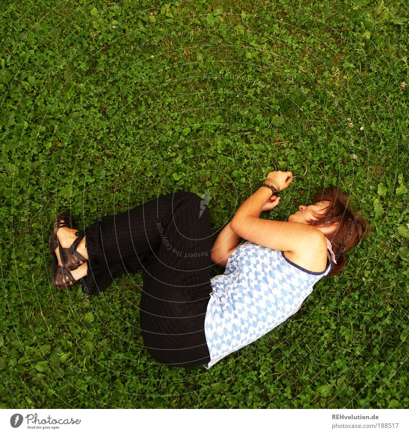 Ja hier liegen ja überall welche rum, bedienen sie sich ruhig. Mensch Natur Jugendliche schön grün Pflanze Sommer Einsamkeit Wiese feminin Zufriedenheit Angst Körper Erwachsene schlafen