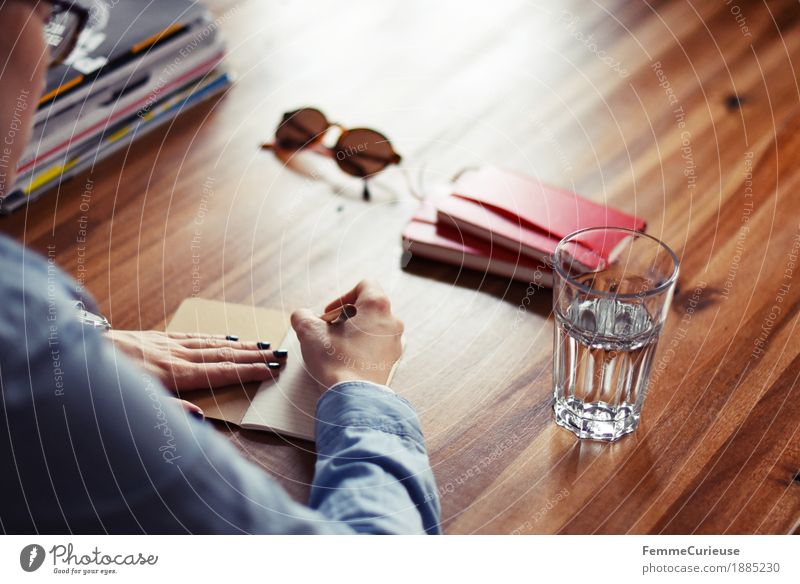 Notizen_04 feminin Junge Frau Jugendliche Erwachsene 1 Mensch 18-30 Jahre 30-45 Jahre ruhig Zettel Gedanke schreiben Notizbuch Kugelschreiber Wasserglas