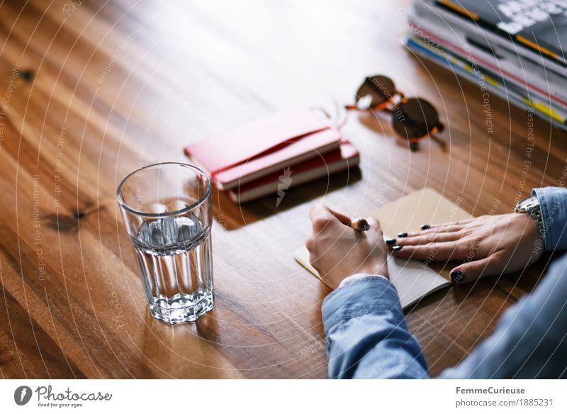 Notizen_03 Mensch Frau Jugendliche Junge Frau 18-30 Jahre Erwachsene feminin Papier schreiben Kalender Schreibtisch Sonnenbrille Holztisch Zettel Jeansstoff