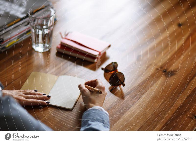 Notizen. feminin Junge Frau Jugendliche Erwachsene 1 Mensch 18-30 Jahre 30-45 Jahre Zettel Notizbuch Kugelschreiber Holztisch Sonnenbrille schreiben