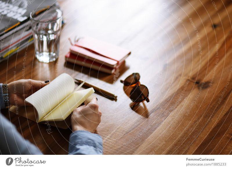Notizen_02 feminin Junge Frau Jugendliche Erwachsene 1 Mensch 18-30 Jahre 30-45 Jahre Freizeit & Hobby Holztisch Hobelbank Schreibtisch blättern blätternd