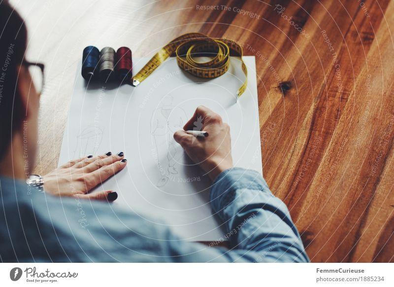 Modedesign_Herren feminin Junge Frau Jugendliche Erwachsene 1 Mensch 18-30 Jahre 30-45 Jahre Kreativität Designer Entwurf planen zeichnen Bleistift Papier