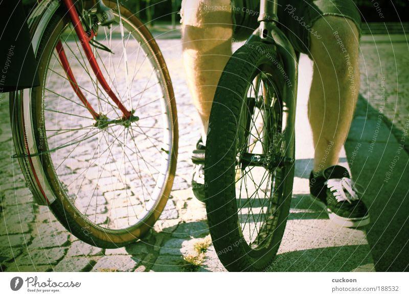 old and new Mensch alt grün ruhig Beine Freundschaft Zusammensein Zufriedenheit Freizeit & Hobby dreckig sitzen fahren Fahrradfahren Kultur hocken gleich