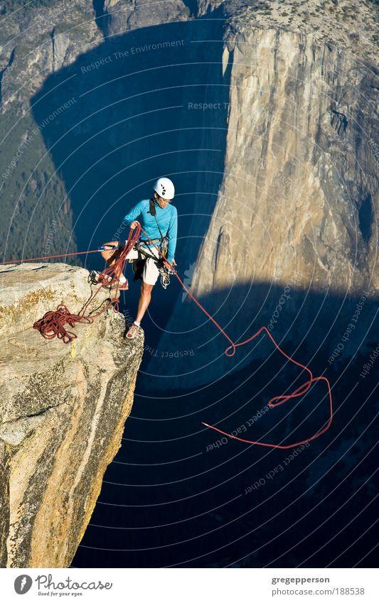 Kletterer auf dem Gipfel. Abenteuer Freiheit Sport Klettern Bergsteigen Erfolg Frau Erwachsene 1 Mensch Natur Felsen Berge u. Gebirge Wanderschuhe Helm Fitness