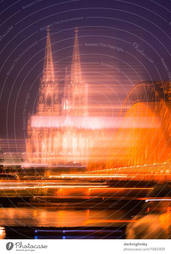 Langzeitbelichtung des Kölner Doms zur Abendzeit, blauer Himmel. Hohenzollernbrücke und Rhein Kultur Landschaft Stadt Hauptstadt Hafenstadt Stadtzentrum