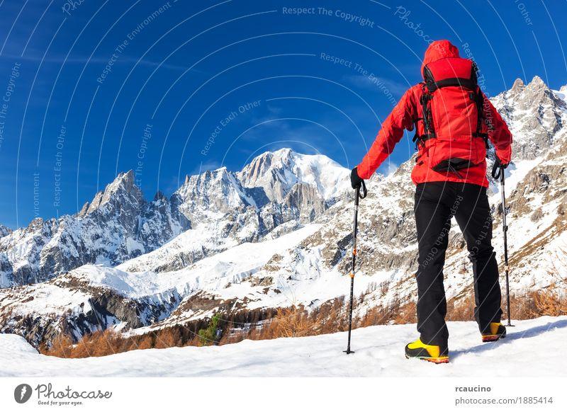 Wanderer macht eine Pause, Mont Blanc, Courmayer, Italien betrachtend. schön Ferien & Urlaub & Reisen Tourismus Ausflug Abenteuer Expedition Winter Schnee
