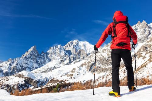 Wanderer macht eine Pause, Mont Blanc, Courmayer, Italien betrachtend. Mensch Natur Ferien & Urlaub & Reisen Mann blau Farbe schön weiß Landschaft rot