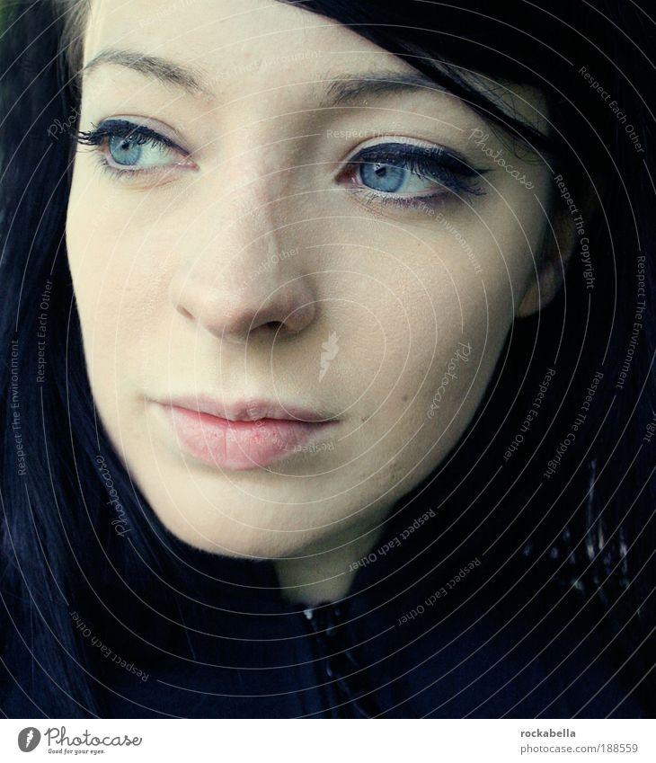 Portrait einer dunkelhaarigen Frau feminin Junge Frau Jugendliche beobachten Blick träumen Traurigkeit ästhetisch elegant schön einzigartig Gefühle