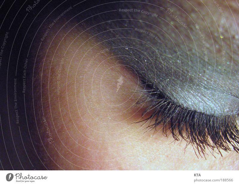 Mit geschlossenen Augen sieht man nur das, ... Frau Mensch blau schön schwarz Einsamkeit ruhig Gesicht Erwachsene Auge Erholung feminin Gefühle Kopf Denken Haut