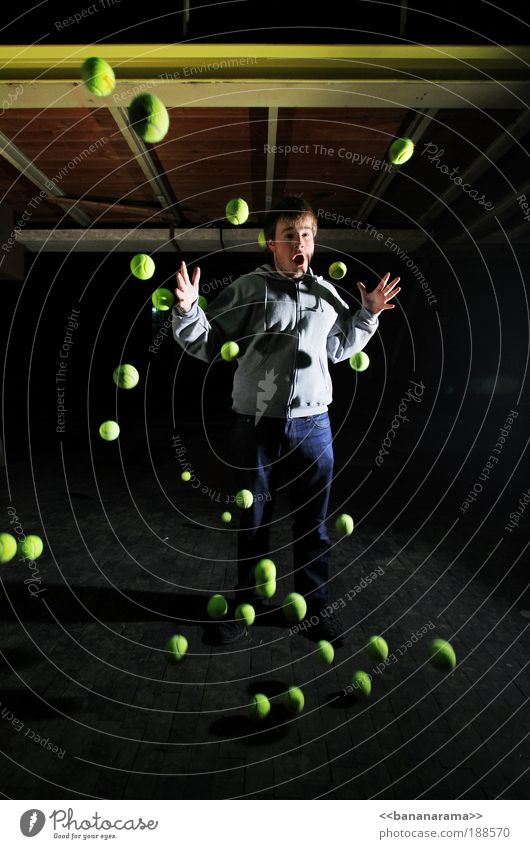 got balls? Mann grün Junger Mann Sport Bewegung Beleuchtung Aktion bedrohlich Industrie Unendlichkeit Weltall stoppen Ball frieren chaotisch durcheinander