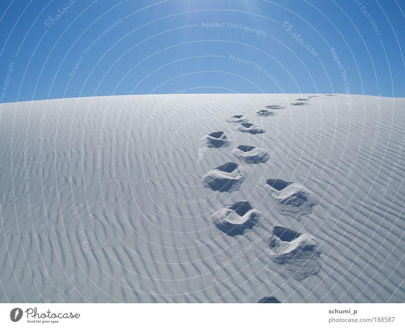 Spuren im weissen Sand Natur Landschaft Sommer Schönes Wetter Hügel Wüste White Sands USA Amerika überbevölkert Menschenleer Blick schön blau weiß Einsamkeit