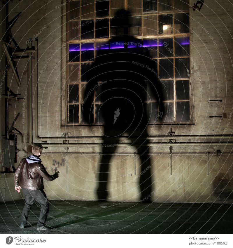 Der Mann der schneller zieht als sein Schatten Mann alt Hand dunkel groß Geschwindigkeit Erfolg Fabrik Stil Ruine Halle Täuschung Schatten Monster Industrieanlage
