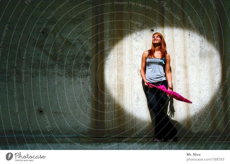 hot spot feminin Haut Regenschirm langhaarig Lebensfreude Beleuchtung Theater Bühne Licht Wand Beton Mauer Lächeln Freude Glück Glückskind Show Diva