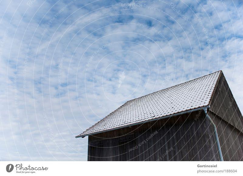 Scheuer Winter Schnee Hütte Scheune Himmel Wolken Gebäude Architektur kalt Holzhütte Dach Altokumulus floccus Verzerrung Perspektive Wolkenhimmel Wolkenfeld