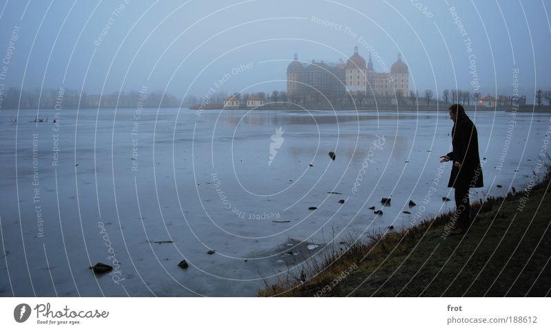 Steinewerfer Ausflug maskulin 1 Mensch Landschaft Wasser Winter Wetter Nebel Eis Frost Seeufer Burg oder Schloss Sehenswürdigkeit frieren stehen werfen