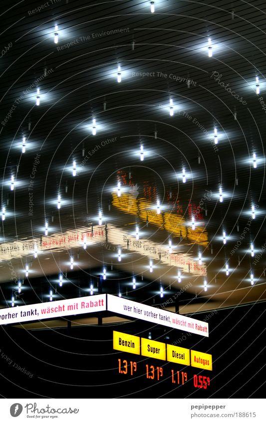 Sternenhimmel Stadt Straße Horizont glänzend Fassade Schilder & Markierungen Energie ästhetisch Schriftzeichen Dach Nacht außergewöhnlich Hinweisschild Ziffern & Zahlen Licht Zeichen