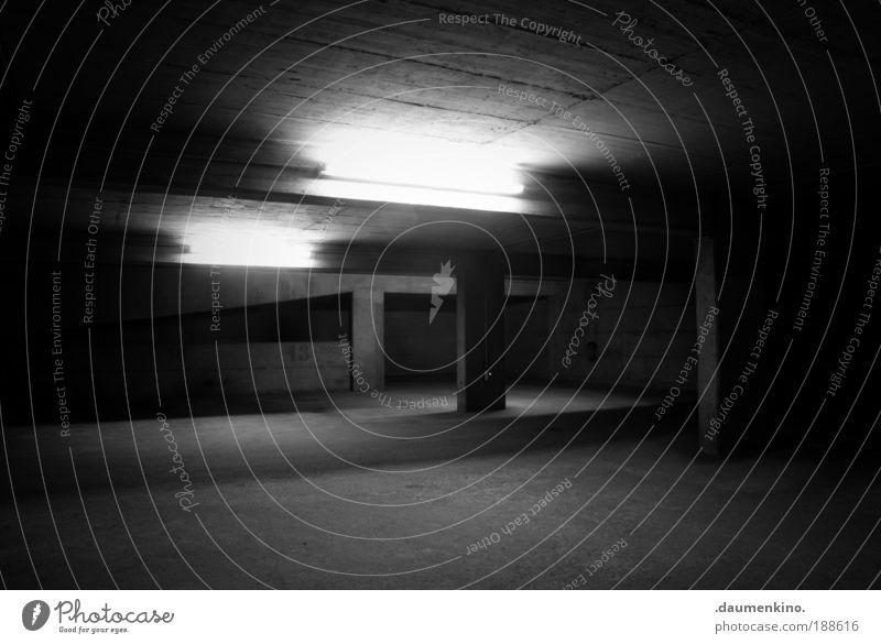 carpe noctem Straße Lampe dunkel Park Straßenverkehr Beton Boden erleuchten Neonlicht mystisch Garage Oberfläche Strebe Träger Gebäude eingeengt