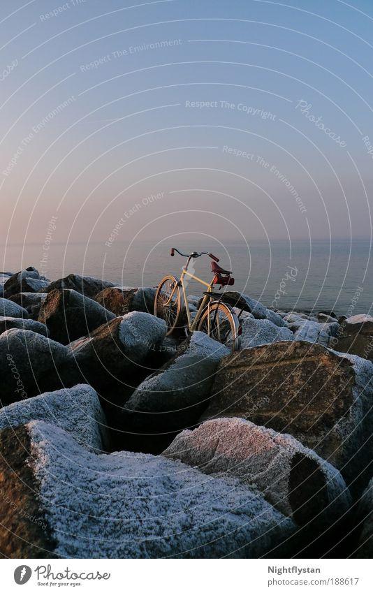 (D)rad ohne Esel Himmel Natur Wasser Winter ruhig Umwelt Landschaft Schnee Gefühle Küste Stimmung Horizont Eis Fahrrad Felsen Abenteuer