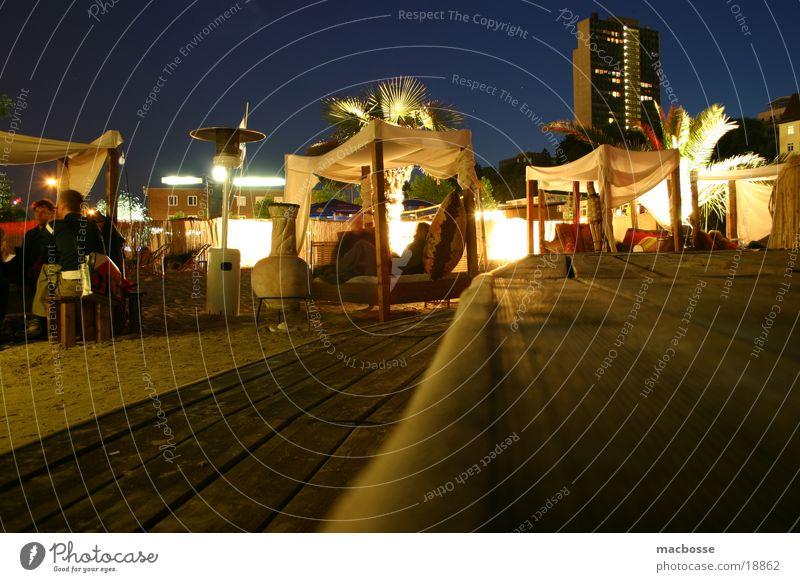Beachclub Ambiente Nacht Stil dunkel Licht Schwimmbad Holz Menschenleer Haus Strand Club Palme Langzeitbelichtung Farbe Stuhl chair Foyer blau Himmel Mond