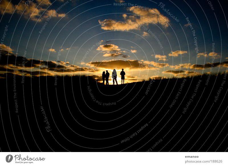 Sunset friends Mensch Freude gelb sprechen Gefühle Glück lachen Küste Denken Familie & Verwandtschaft Freundschaft Zufriedenheit gold Abenteuer authentisch