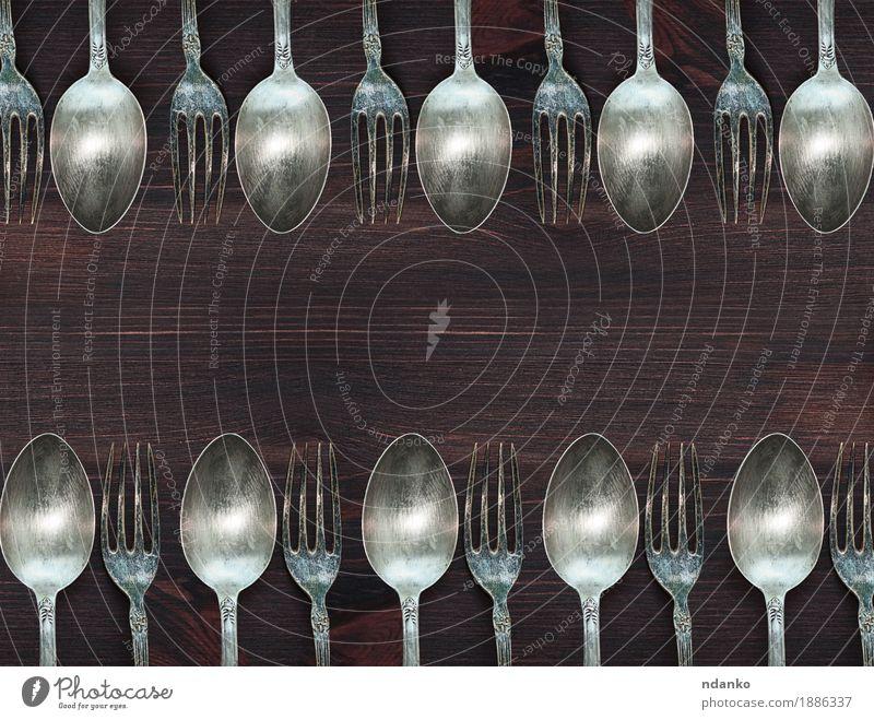 Hölzerner Hintergrund mit Weinleselöffeln und -gabeln Abendessen Besteck Gabel Löffel Tisch Küche Werkzeug Holz Metall Stahl alt oben retro braun weiß