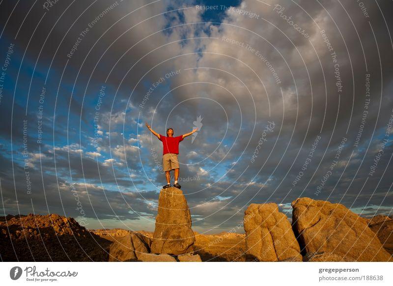 Kletterer auf dem Gipfel. Freude Leben Abenteuer Klettern Bergsteigen Erfolg Mann Erwachsene 1 Mensch Natur Landschaft Himmel Gewitterwolken Felsen