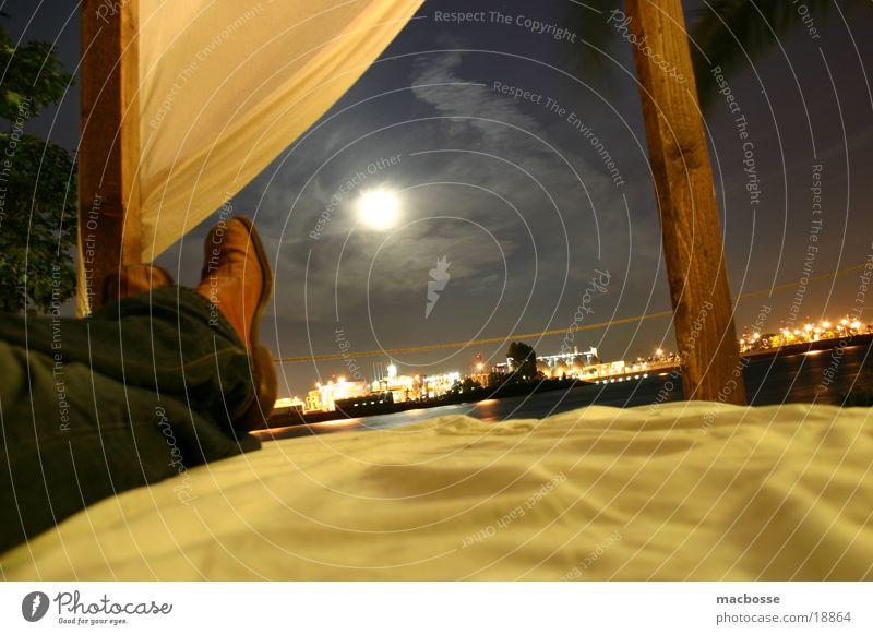 Dunkle Aussichten... Nacht Stil dunkel Licht Schwimmbad Holz Menschenleer Haus Strand Club Palme Langzeitbelichtung Gebäude Loft Gras Wolken Bett Schuhe Leder