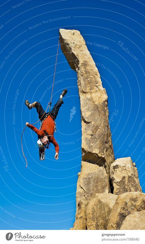 Mensch Mann Erwachsene Berge u. Gebirge Felsen hoch Abenteuer gefährlich Angst Perspektive Schuhe Klettern fallen Vertrauen Schutz Aktion