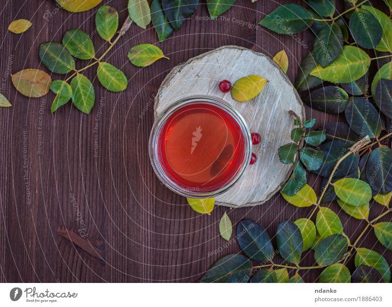 Kräutertee auf der hölzernen braunen Tabelle Kräuter & Gewürze Getränk Tee Tasse Becher Sommer Tisch Pflanze Blatt Holz Glas frisch heiß lecker natürlich oben